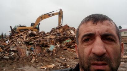 Муса Мамедов на руинах своего дома - 1 августа 2017